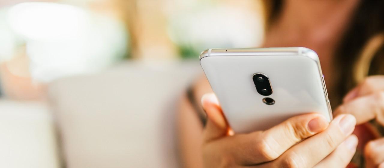 Mann am Smartphone mit Giro Young App
